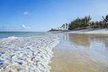 Feinsandiger Strand und Wellen am Afrochic Boutiqe Hotel