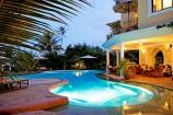 Abenddämmerung am Pool des Afrochic Boutiqe Hotels
