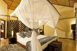 Im Zeichen des Zebras schwarz-weiß dekoriertes Zimmer im Afrochic Boutiqe Hotel