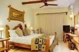 afrikanische Hölzer im Simba-Zimmer des Afrochic Boutiqe Hotels