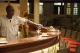 gastfreundliches Service-Personal serviert kenianische Drinks im Amani Tiwi Beach Resort