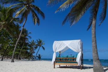 Tagesbett am feinsandigen Strand des Amani Tiwi Beach