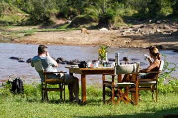 Frühstück am Mara River im Karen Blixen Camp