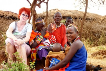 Frau Marina Schmidt zu Besuch bei den Masai