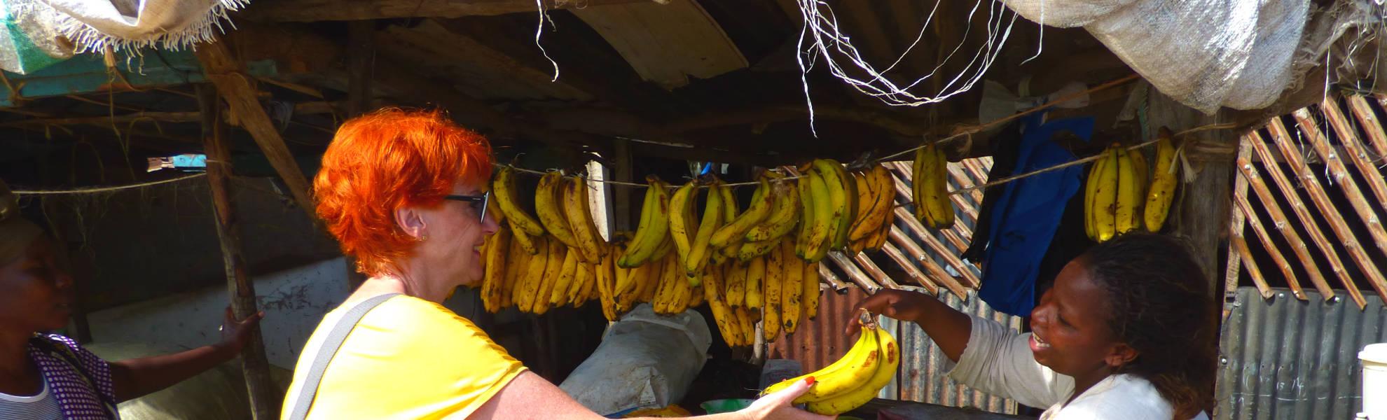 Frau Marina Schmidt kauft Bananen
