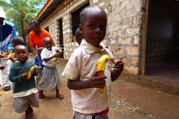 Bananenfrühstück für die Kinder der Patenschule