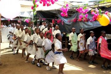 Schulaufführung beim Besuch der Pateneltern