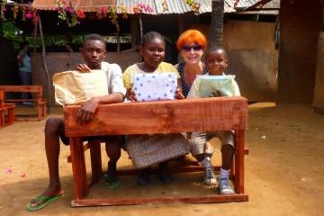 Marina Schmidt mit Kindern der Patenschule