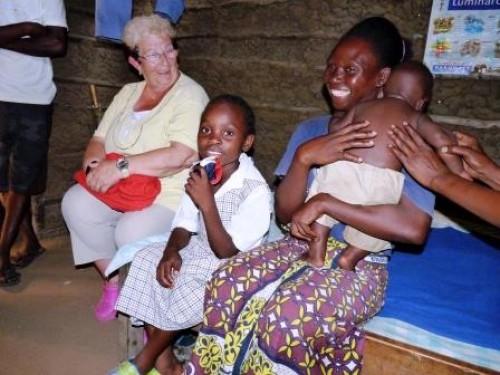 Frau Wiedenbeck mit Patenkind Karembo
