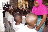 Aufführung-der-Schulkinder-in-Kenia-Reisekontor-Schmidt-Hilfsprojekt