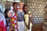 Glückliche-Pateneltern-in-Kenia-zu-Besuch-bei-Einheimischen