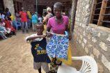 Glückliche Patenkinder in Kenia zeigen ihre Geschenke