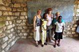 Neue-gespendete-Schiefertafeln-Hilfsprojekt-Kenia-Reisekontor-Schmidt