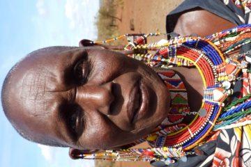 Einheimische Bevoelkerung-Kenia-Safari-Massai-Masai-Krieger-Bemalung-geschmueckt