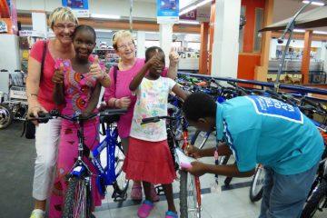Gaeste-in-Kenia-kaufen-Patenkindern-neue-Fahrraeder