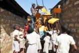 Schul-Hilfsprojekt-Kenia-Reisekontor-Schmidt-Spende-an-Tischen-und-Stühlen