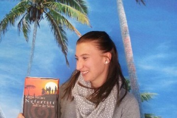 Reisekontor Schmidt Büroleiterin Tina Neumann, stellt ein interessantes Afrika Buch vor