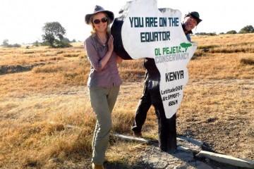 Reisegäste vom Keniaspezialist Reisekontor Schmidt am Äquator in Kenia