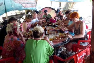 Kenia Gruppenreise zum Äquator mit Keniaspezialist Reisekontor Schmidt Kenia-Urlaub mit Kenia - Hummer essen Lobster