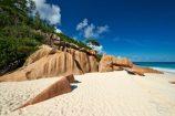 Feiner Sandstrand im Windschatten der Felsen auf La Digue, Seychellen
