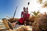 Kreuzfahrt Sansibar Seychellen Kenia Maasai sitzt am Strand, Afrika
