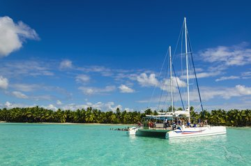 Kreuzfahrt_Südafrika_Sansibar_Seychellen Katamaran liegt vor Palmenstrand
