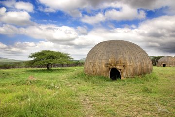 Traditionell geflochtene, runde Häuser in Afrika
