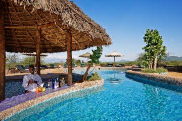 Pool mit Bar in der Samburu Sopa Lodge während einer Keniaurlaub Safari Reise mit Keniaspezialist Reisekontor Schmidt