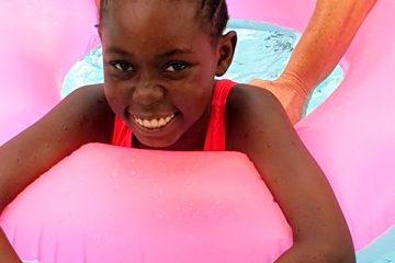 Mercy hat viel Spaß im Pool des Hotels Bahari Beach Club