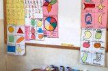 Keniaurlaub Patenschule Kenia - Die Kinder gestalten farbenfrohe Lehrtafeln selbst zusammen mit den Lehrerinnen