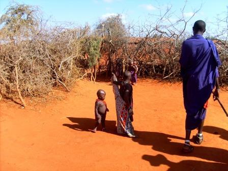 Besuch in einem Massai Dorf in Kenia während einer Safari in Kenia mit KeniaSpezialist keniaurlaub.de Reisekontor Schmidt