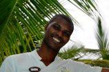 freundlicher Kellner in Kenia