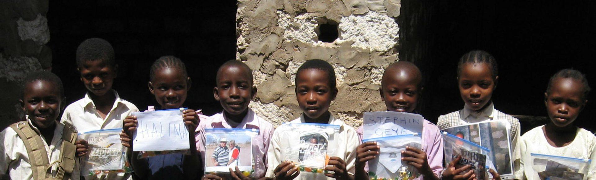 Patenkinder des Reisekontor Schmidt mit Geschenken ihrer Pateneltern