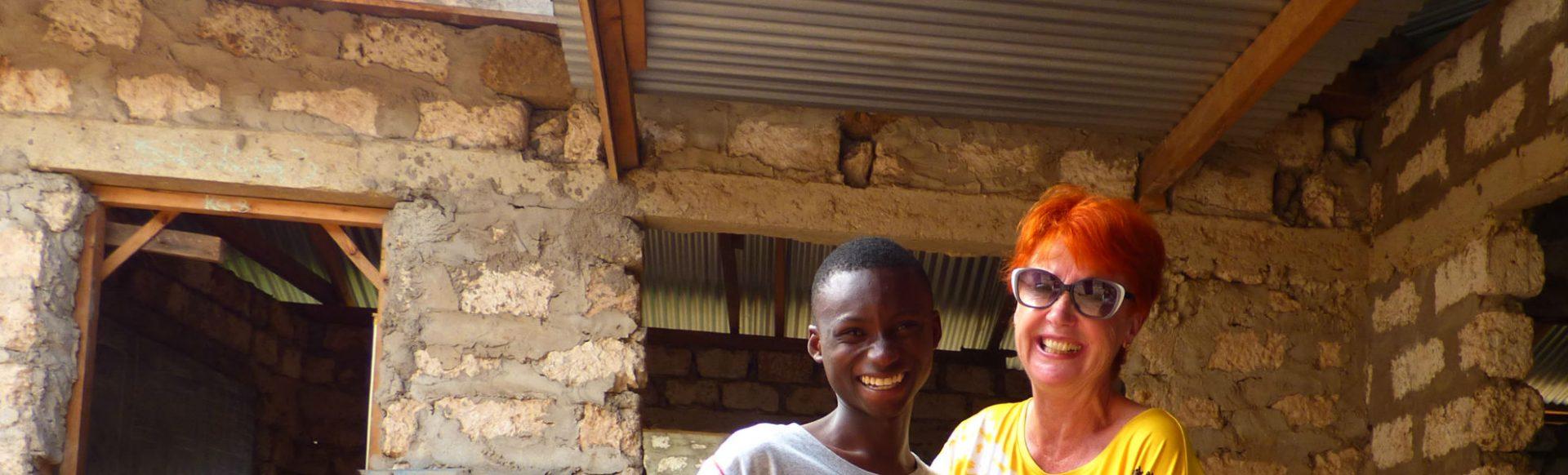 Marina Schmidt und eines der Patenkinder des Schulprojektes Hilfe mit Herz