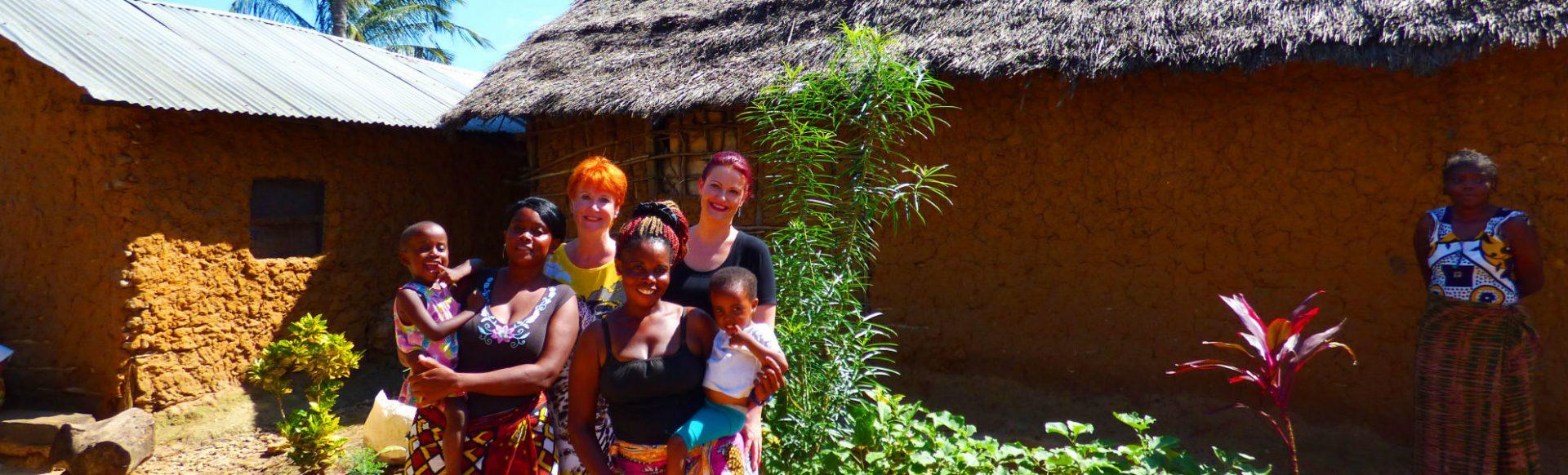 Marina und Judith Schmidt, KeniaSpezialist Reisekontor Schmidt, mit Patenkindern in Kenia